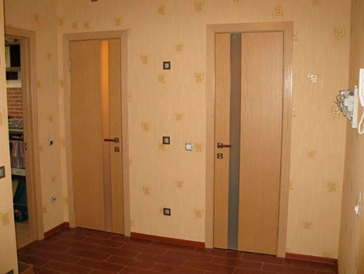 Двери в ванную комнату (70 фото): какую конструкцию поставить в туалет, стеклянные и влагостойкие модели, стандартные размеры по ширине